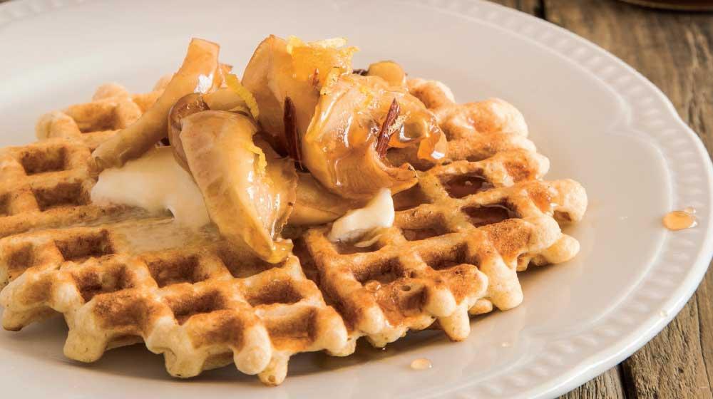 Nutritivos waffles de avena con jarabe de manzana