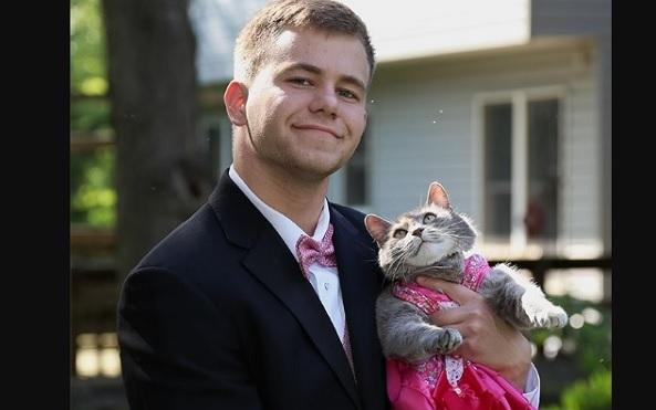 Joven sin pareja de baile lleva a su gatita