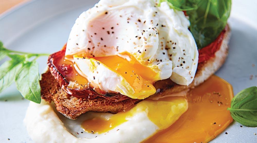 Crostini de huevo con puré de coliflor